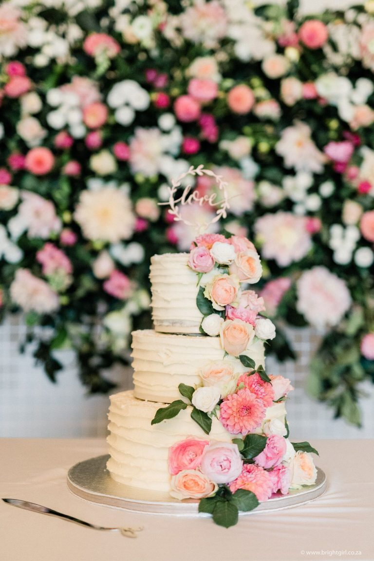 wedding-cake-with-fresh-flowers-and-floral-wall