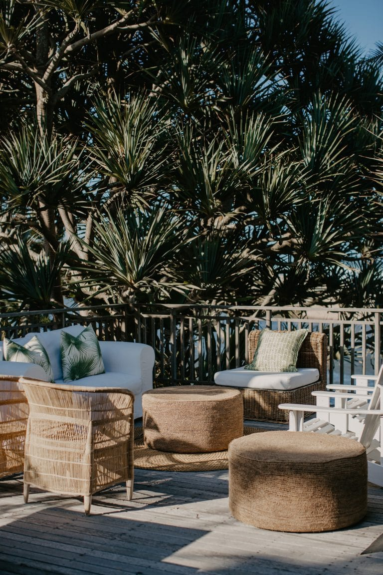 outdoor-lounge-area-for-coastal-chic-wedding