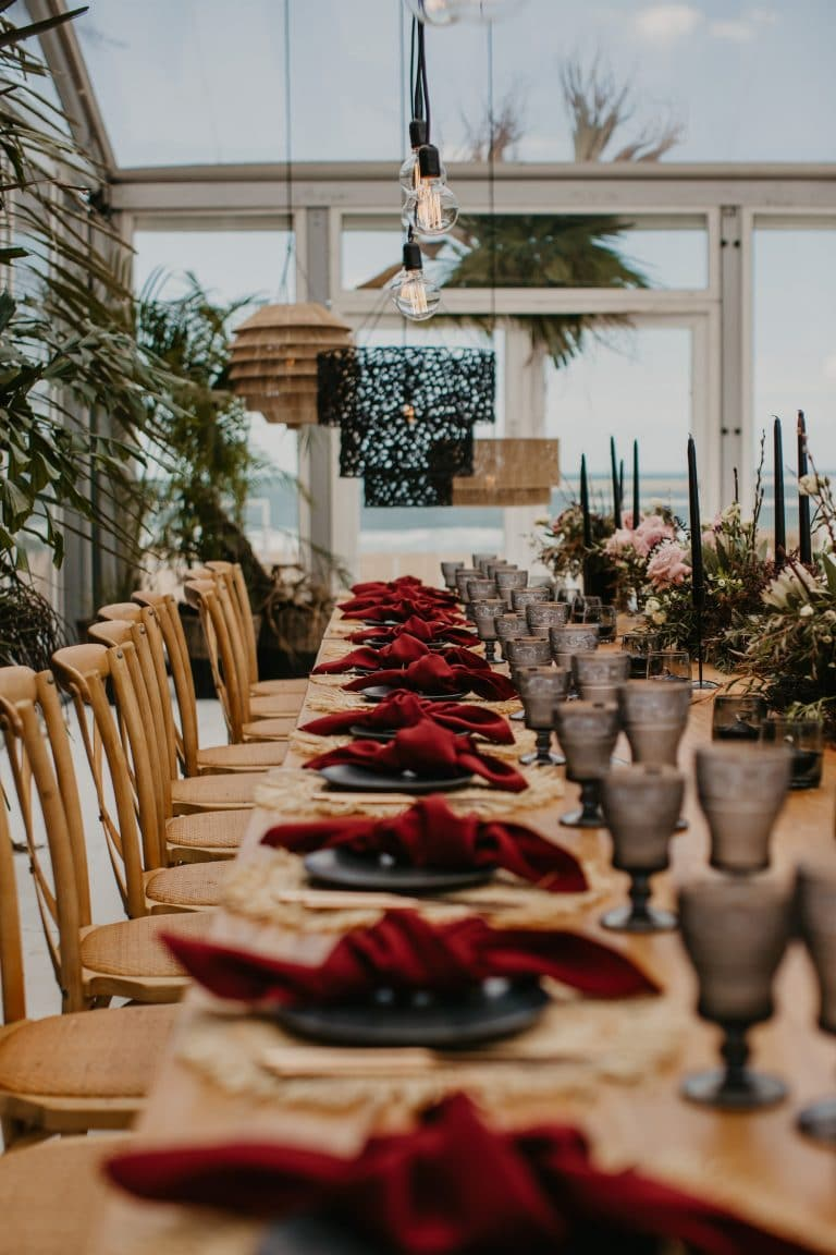 table-décor-for-coastal-chic-wedding-with-red-napkins
