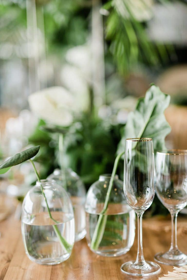 tropical-greenery-in-glass-vases-wedding-décor