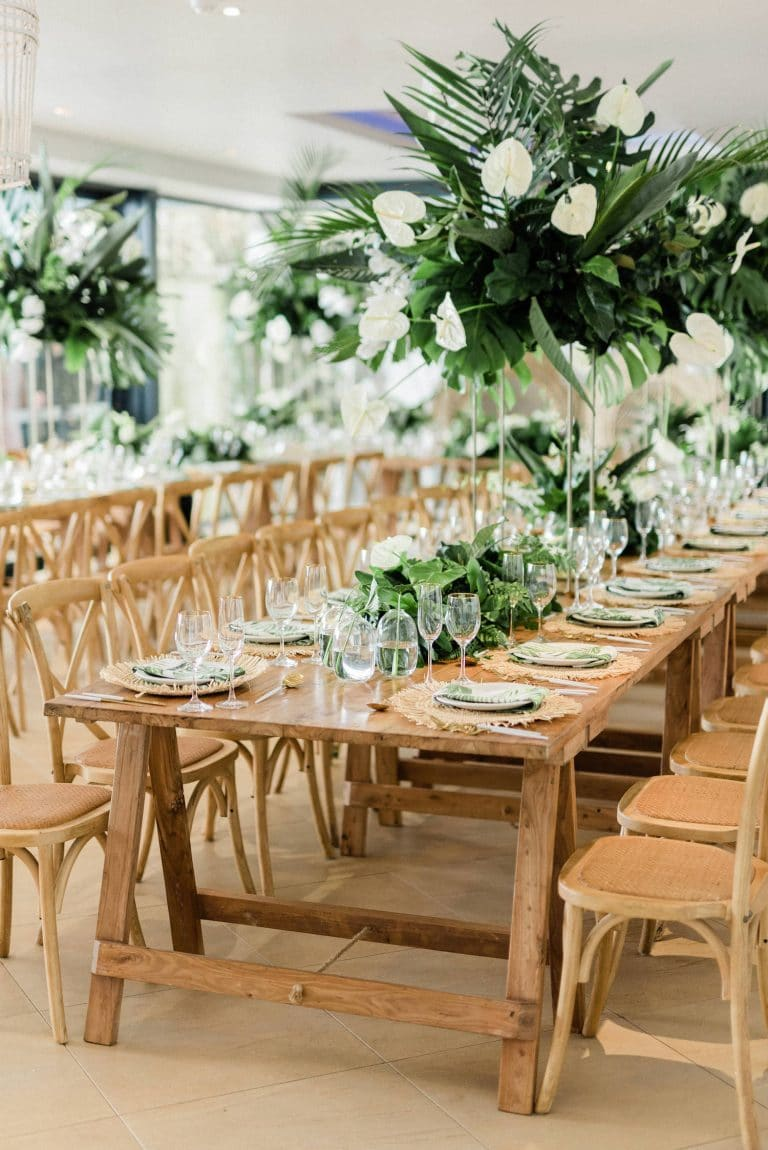 tropical-chic-wedding-reception-décor-with-greenery