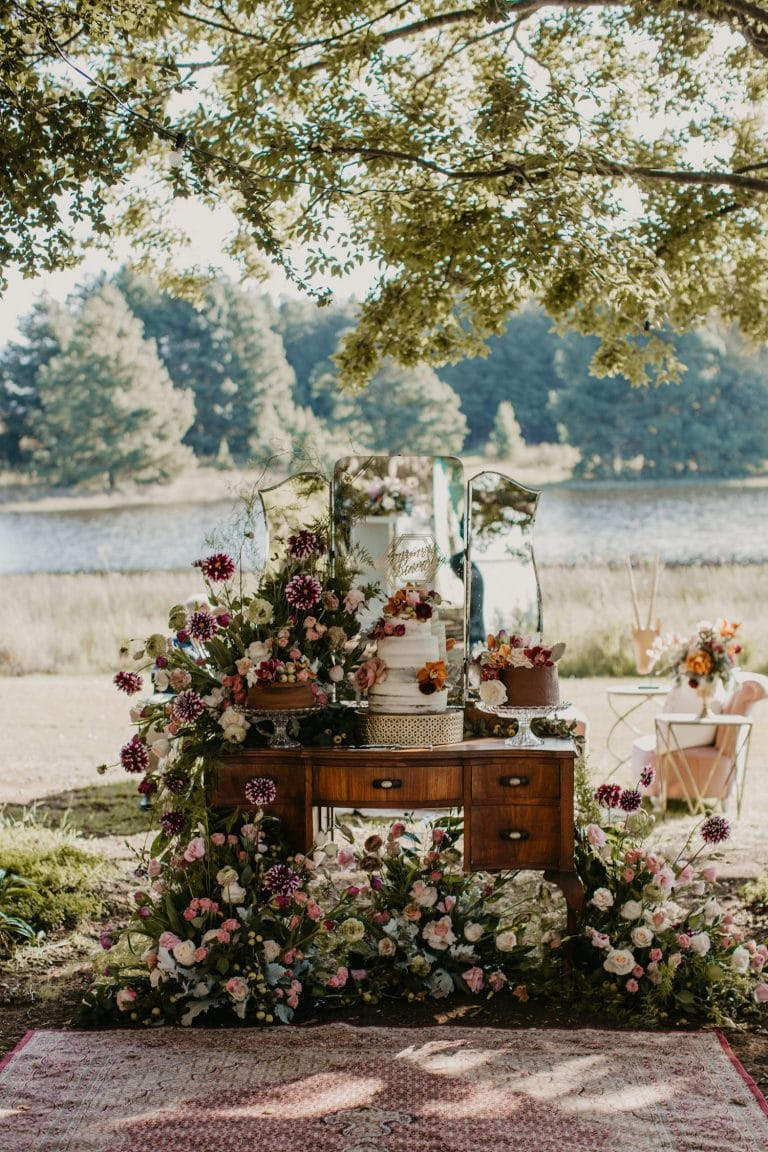 floral-display-for-cake-table